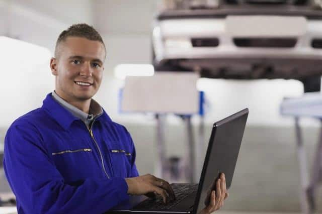 Mechanic using maintenance software